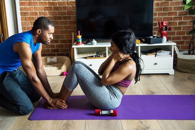 Pareja negra ejercicio en casa juntos