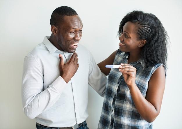 Pareja negra con resultado positivo en la prueba de embarazo.