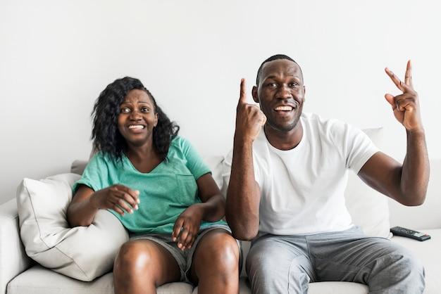 Pareja negra viendo la película juntos en casa
