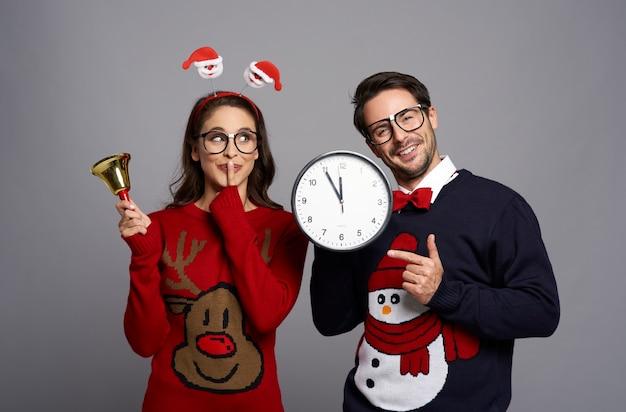 Pareja nerd listo para navidad