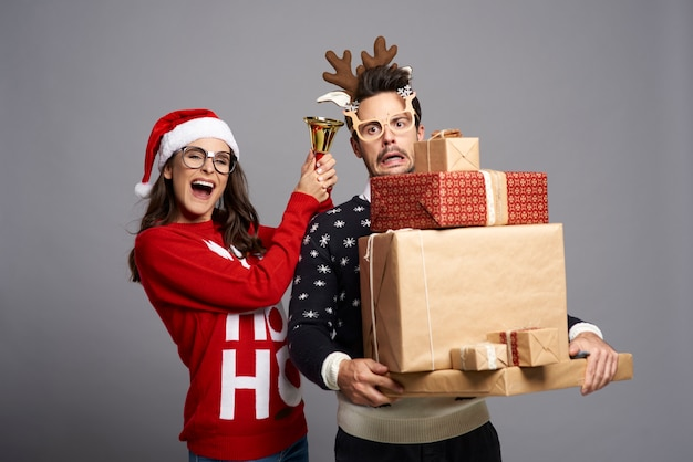 Pareja de nerd con muchos regalos de navidad