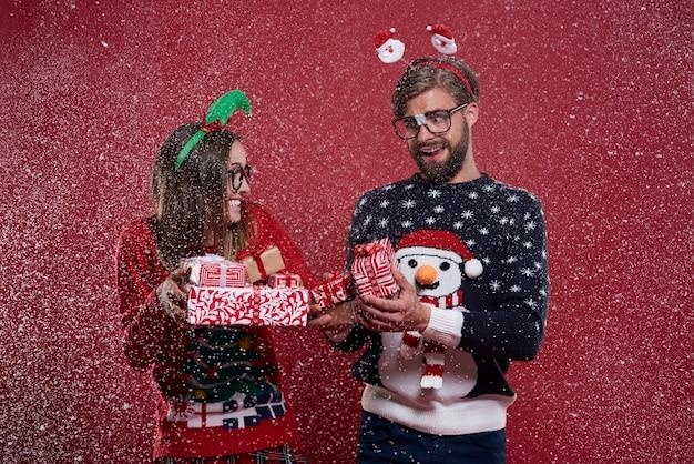 Pareja de nerd navideño con regalos