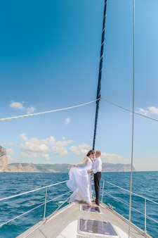 Pareja de novios familiares en un viaje por mar en un velero