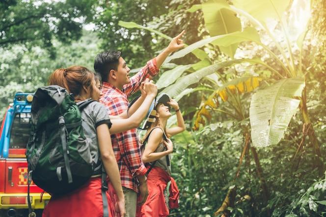 Pareja o amigos navegando juntos sonriendo feliz durante el viaje de camping caminata al aire libre en el bosque