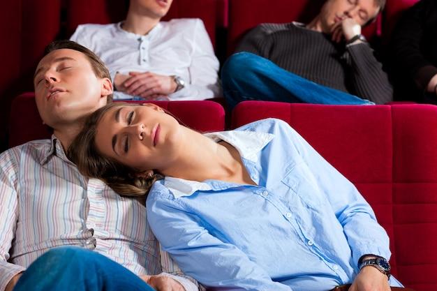 Pareja y otras personas en el cine