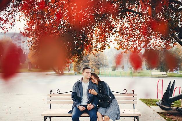 Pareja en el parque otoño