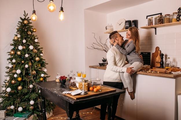 Pareja pasa su tiempo juntos en casa en la cocina