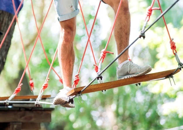 Pareja pasa su tiempo libre en un curso de cuerdas. hombre y mujer dedicados a la escalada en roca,
