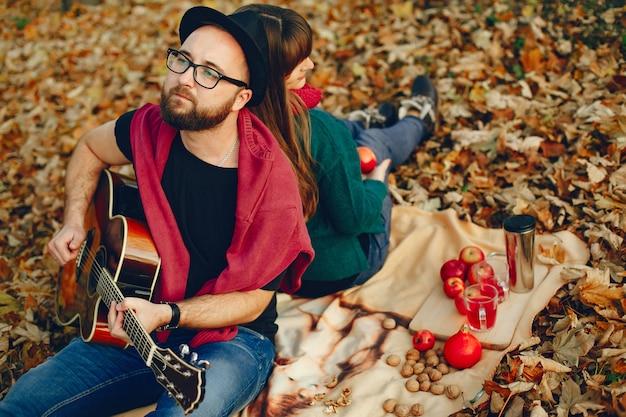 Pareja pasa tiempo en un parque de otoño