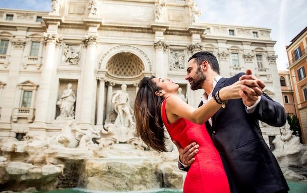 Pareja pasando tiempo romántico en la fuente de trevi