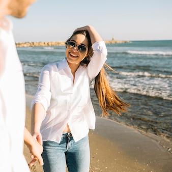 Pareja paseando por la playa