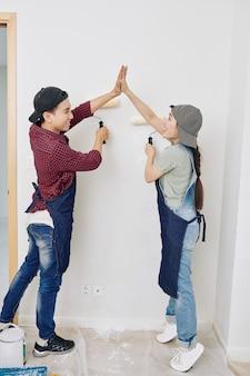Pareja pintura de paredes de acabado