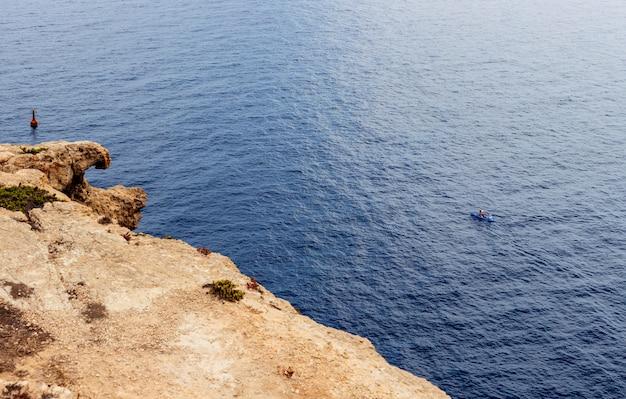 Pareja de piragüismo en el mar de lampedusa
