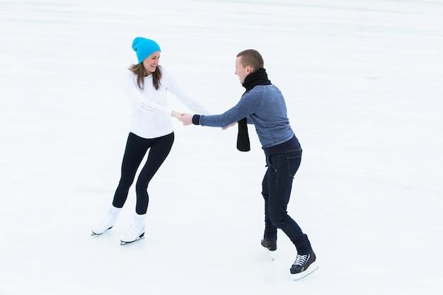 Pareja en la pista de hielo