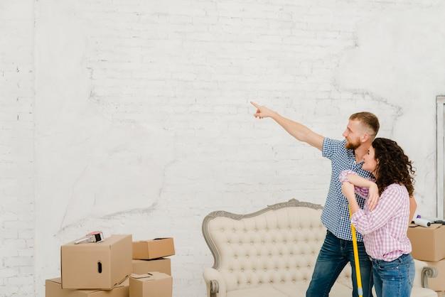 Pareja planeando la renovación durante la limpieza
