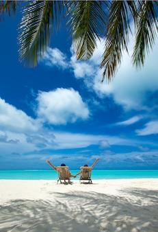 Pareja en una playa tropical en maldivas