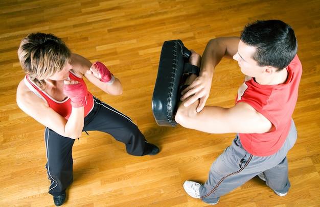 Pareja practicando artes marciales