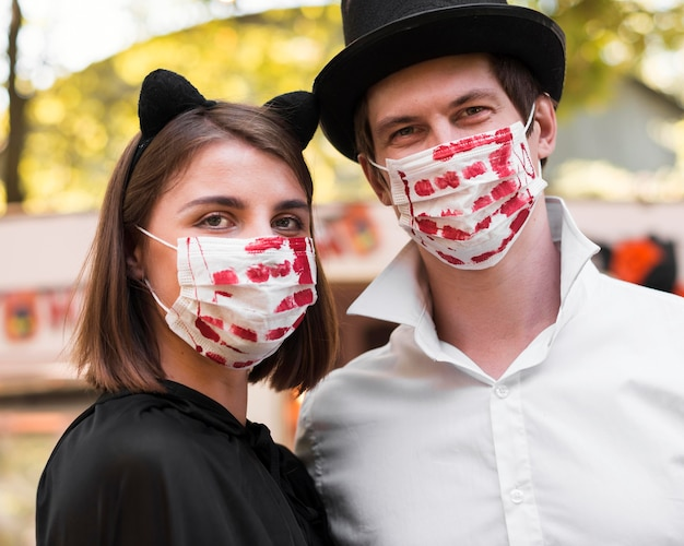 Pareja de primer plano posando con máscaras