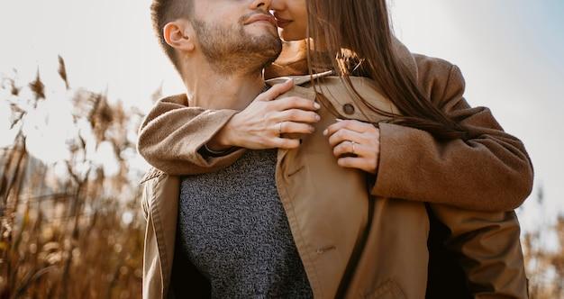 Pareja de primer plano siendo romántico