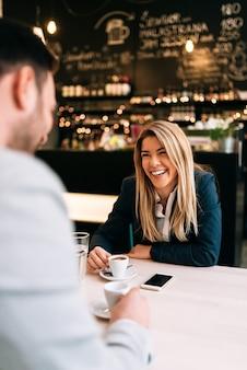 Pareja en una primera cita en la cafetería.