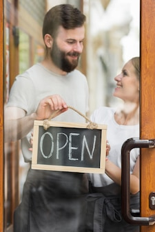 Pareja reabriendo pequeños negocios