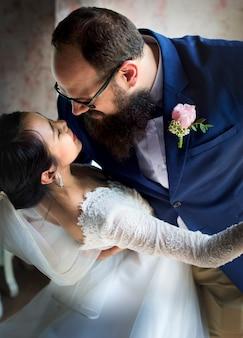 Pareja de recién casados baile celebración de boda