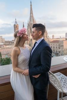 Pareja de recién casados caminando por las calles de barcelona en el hermoso día de la boda