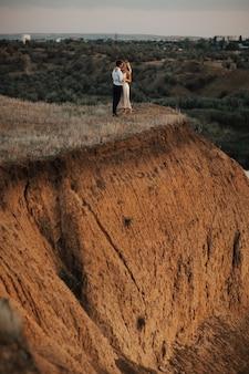 Pareja de recién casados en la colina