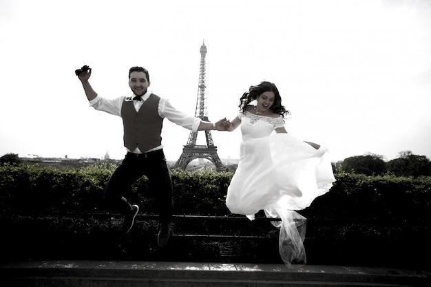 Pareja de recién casados en parís cerca de la torre eiffel