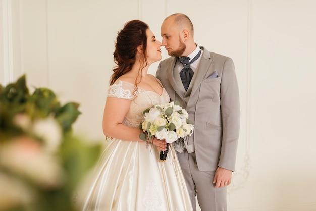 Pareja de recién casados posando