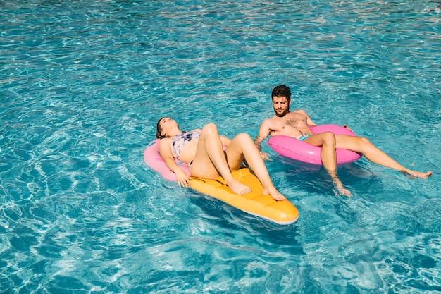 Pareja relajando en piscina