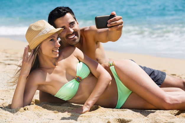 Pareja relajándose en la playa