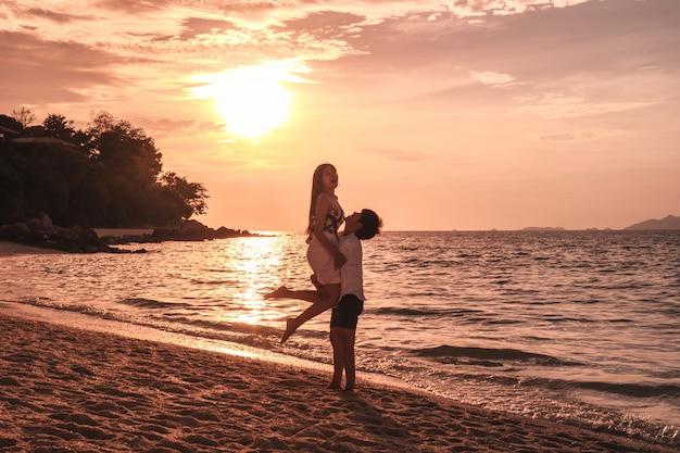 Pareja relajante hermosa puesta de sol en koh lipe beach tailandia