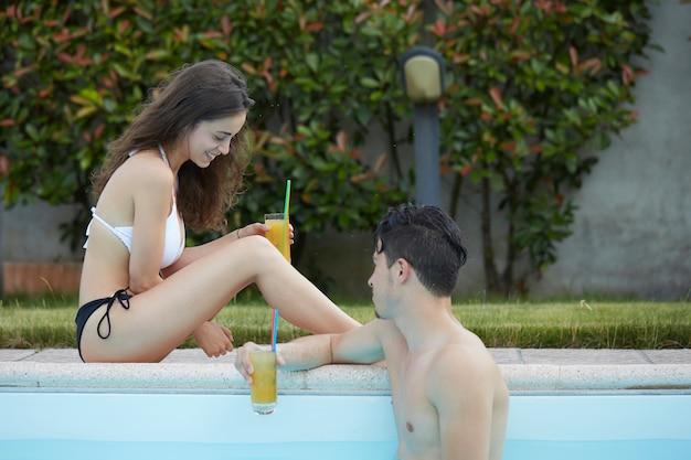 Pareja relajante en la piscina