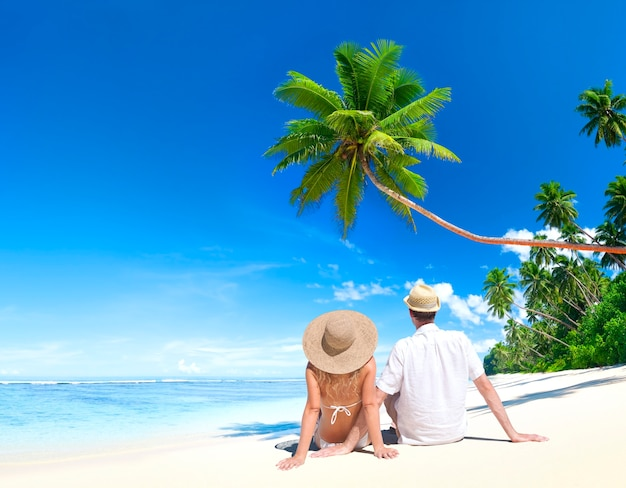 Pareja relajante en una playa en samoa