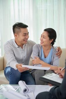 Pareja reunión agente inmobiliario