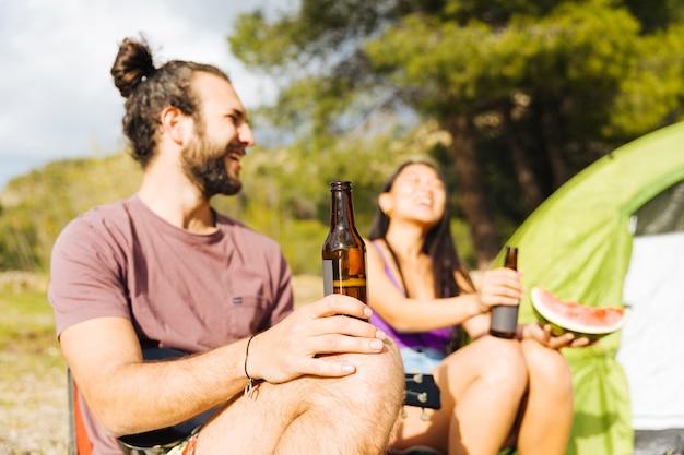 Pareja riendo en picnic