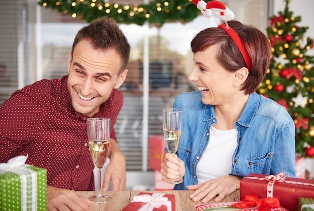 La pareja se rió y se sentó cerca de la mesa.