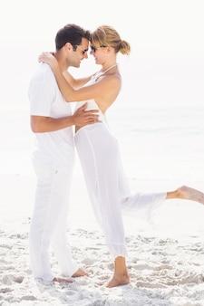 Pareja romántica abrazando en la playa