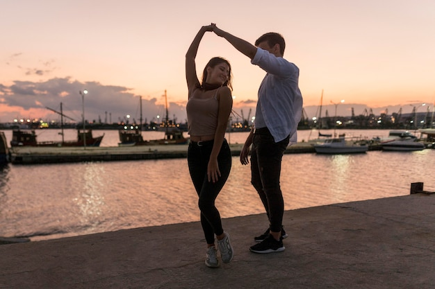 Pareja romántica al atardecer en el puerto