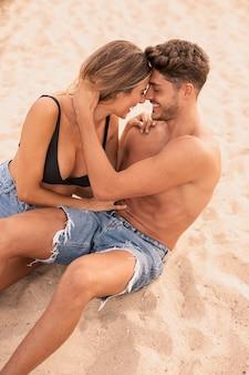 Pareja romántica de alto ángulo en la playa