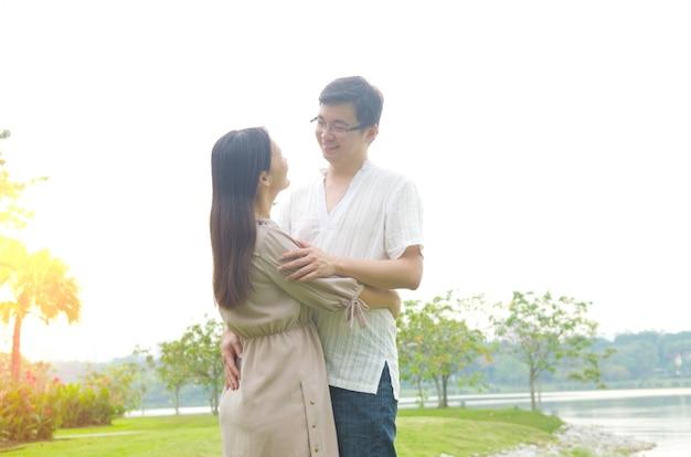 Pareja romántica en el amor en el parque al aire libre.
