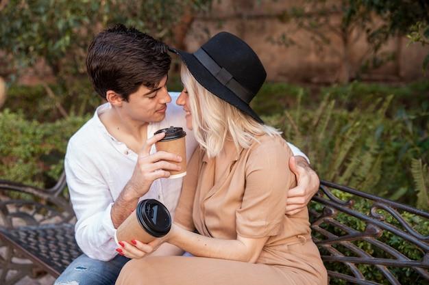 Pareja romántica en banco en el parque