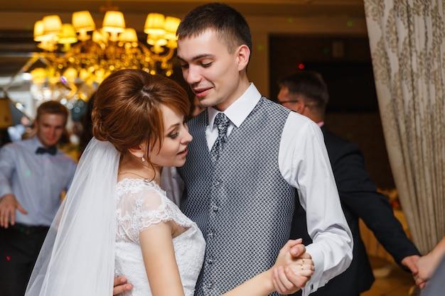 Pareja romántica casada novia y novio bailando