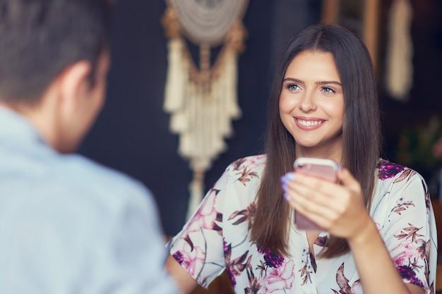 Pareja romantica citas en pub