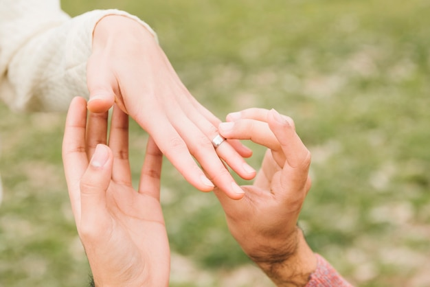 Pareja romántica comprometiéndose
