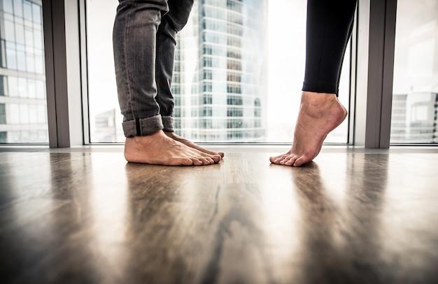 Pareja romántica descalzo