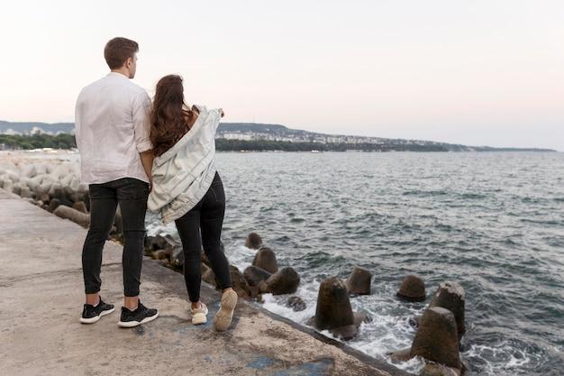 Pareja romántica disfrutando de la vista juntos y tomados de la mano