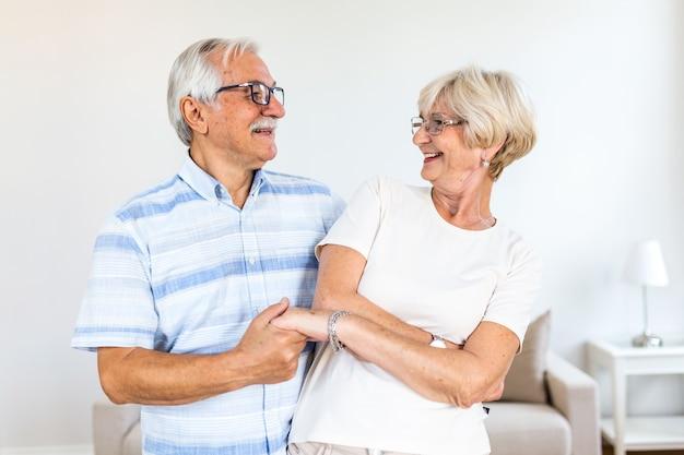 Pareja romántica jubilado antiguo activo alegre bailando