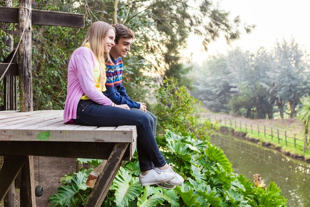 Pareja romántica sentados al aire libre en un día de primavera